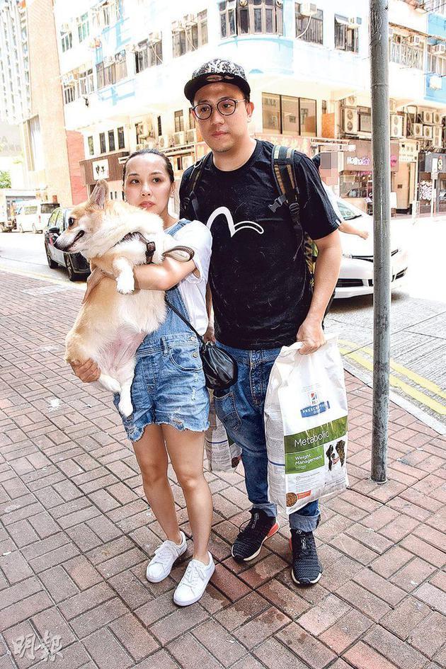 张致恒(右)昨天(8月7日)与雯雯(左)带爱犬看兽医,终肯站好接受访问。