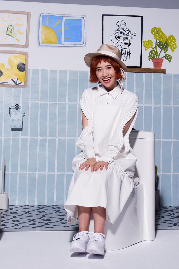 LuLu黃路梓茵坐在馬桶上拍MV