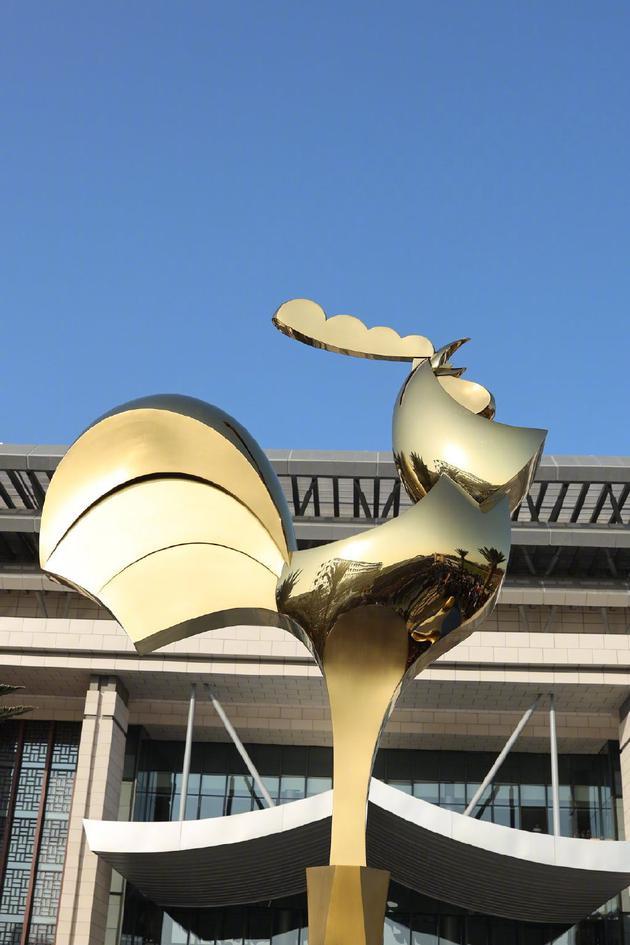 新的金鸡雕塑,也是新的金鸡奖奖杯造型
