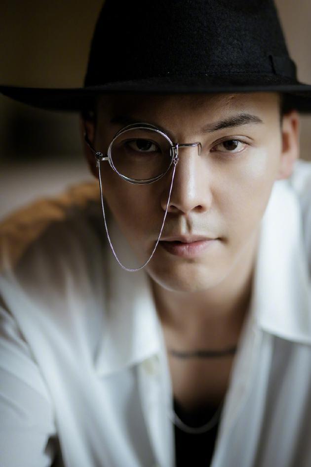 陈伟霆单边链条眼镜复古神秘:猜猜谁是凶手?