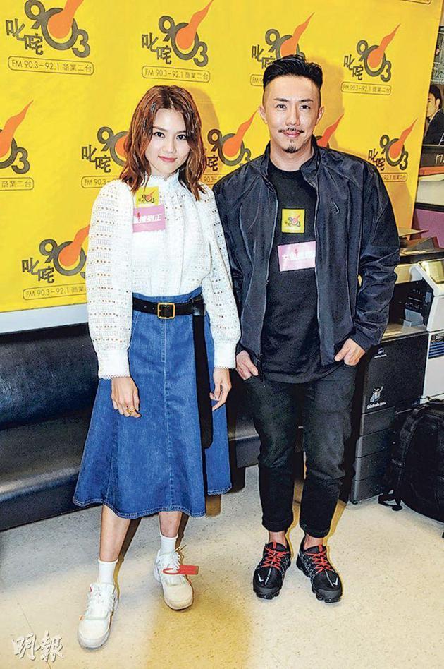 周秀娜(左)与张继聪为新戏宣传