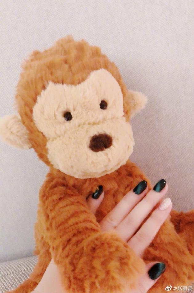 赵丽颖产后首发照片 涂指甲油抱毛绒猴配文可爱