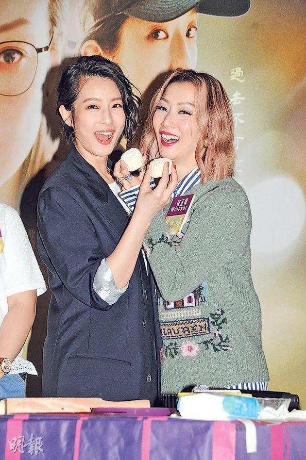 赖雅妍(左)与郑秀文在活动上扮互喂吃月饼。
