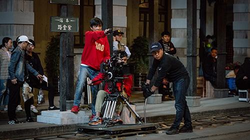 《隐秘而伟大》工作照,导演王伟在指导拍摄。片方供图