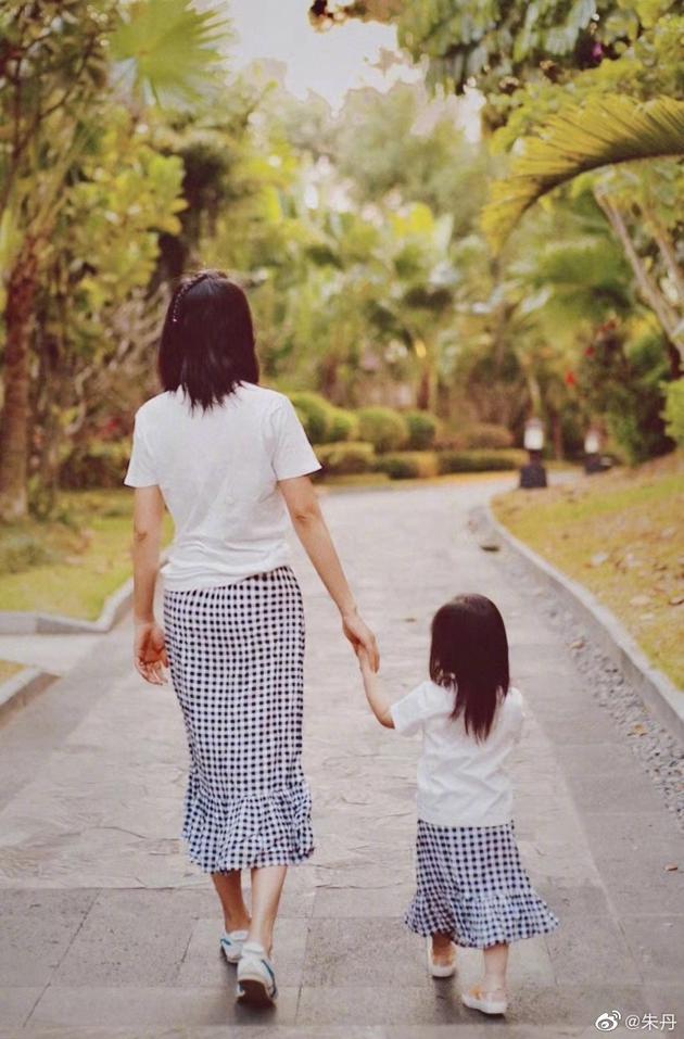 朱丹和女儿穿亲子装散步 背影温馨幸福惹人羡慕