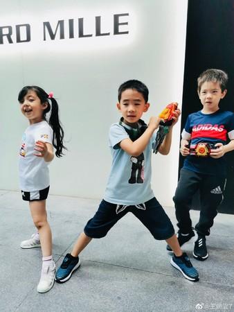 王婉霏晒出3人一起玩耍的画面。