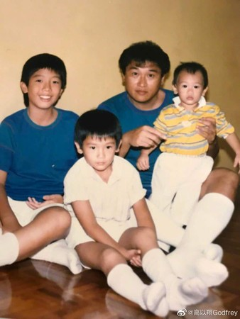 高以翔父亲晒出的高以翔兄弟三人的合照