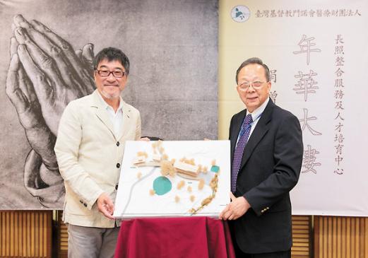 李宗盛(左)送上模型给医院