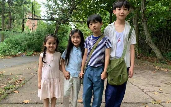 郭紫铭(右一)平时在片场和弟弟妹妹们主动互动,以增进了解。