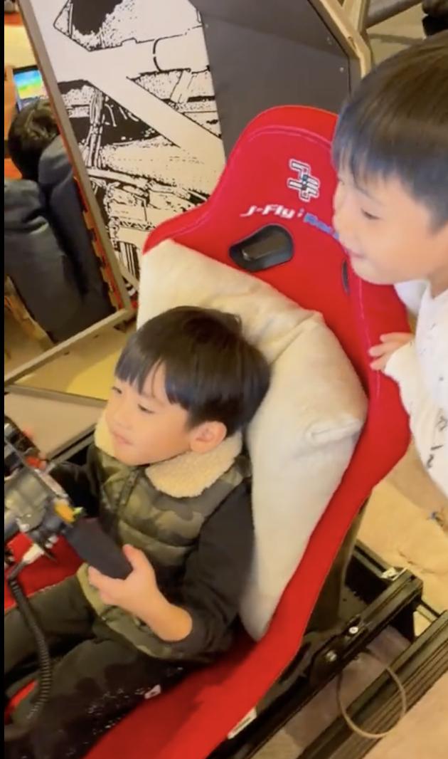 林志颖小儿子绿洲玩赛车游戏 使劲伸腿才踩到油门