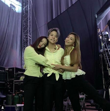 Krystal与Amber、Luna相拥合影