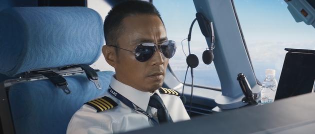 《中国机长》张涵予饰演英雄机长