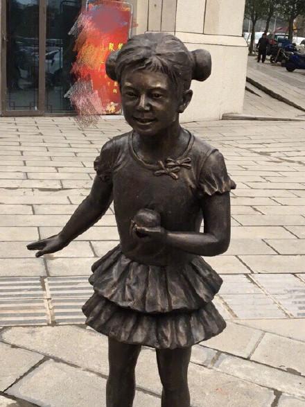 重庆街头雕像酷似何炅