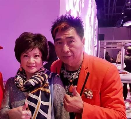 康龙(右)和刘美玲是认识多年的好友。