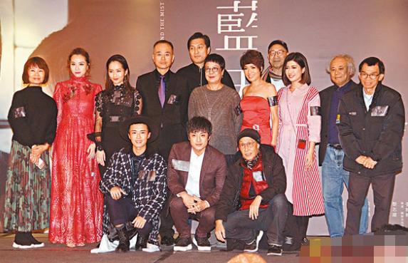 穿红裙亮相的邓丽欣(后排左二)被问是否有喜事宣布