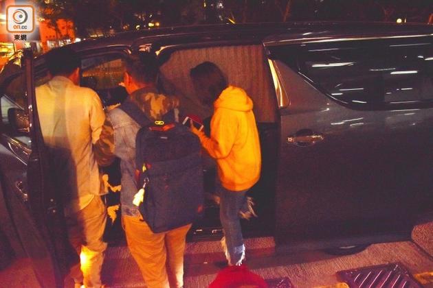 男友在车中,司机和助手马上挡住