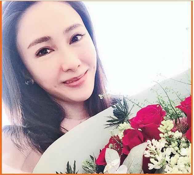 黎姿在微博上载老公送的红玫瑰花