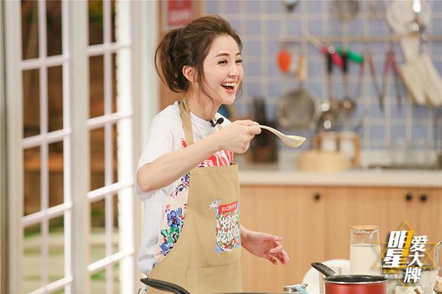 蔡卓妍钟欣潼清新装扮亮相美食节目 休闲娱乐 第3张