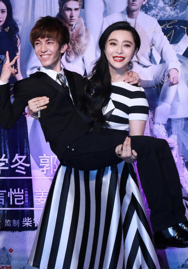 林志玲手持迷你郭敬明 盘点明星的尴尬合影 娱乐八卦 第5张