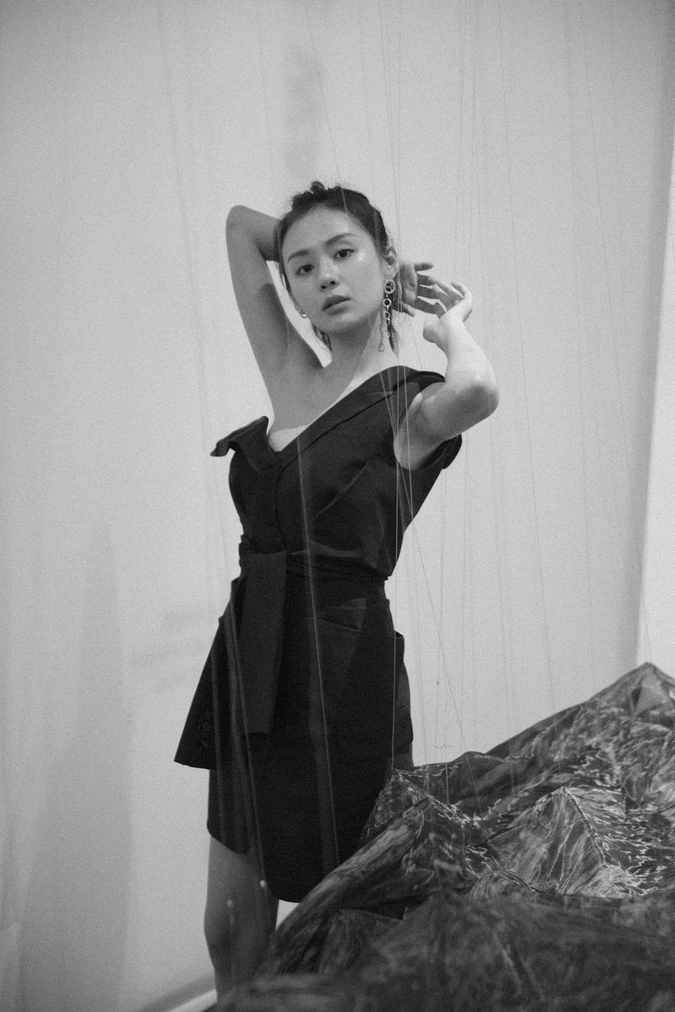 郑合惠子身着黑裙搭配高马尾 装束攻气十足 这样的她你爱吗