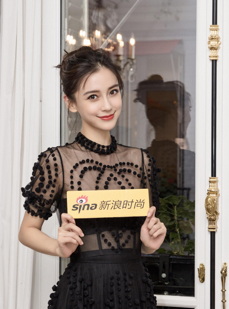 Angelababy亮相巴黎时装周 黑色蕾丝裙摩登雅致