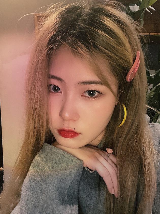 仙桃高光用在唇峰和鼻尖,妆效很柔美 图片来自:时尚博主@喜宝儿Hyee_