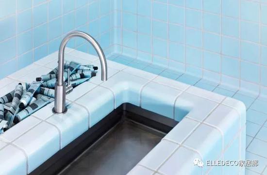Aēsop 位于洛杉矶的门店全部采用了这样的瓷砖系统,清新的淡蓝色全面覆盖,营造出后院泳池的既视感。