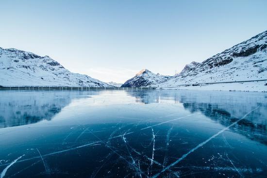 """贝加尔湖的""""蓝冰""""景观 图片源自pexels"""