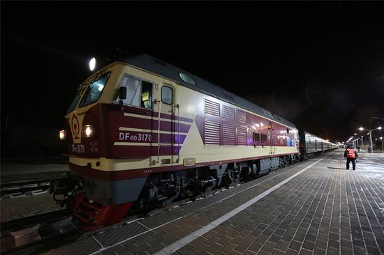 火车停靠在二连浩特 图片源自视觉中国