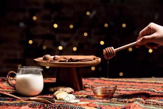 原料:肉桂棒……3根 八角……2颗 丁香……6颗 肉豆蔻……3颗 姜……3-4片 碎红茶……15-20g 蜂蜜……1勺 鲜牛奶……400ml
