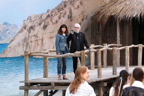 Karl Lagerfeld和VirginieViard一同在Chanel 2019春夏成衣系列时装秀谢幕 图片来源:Bertrand Rindoff Petroff