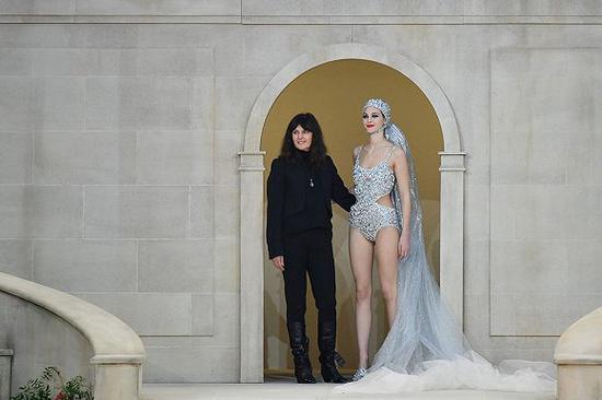 VirginieViard在Chanel 2019春夏高定时装秀上独自谢幕 图片来源:Getty Images