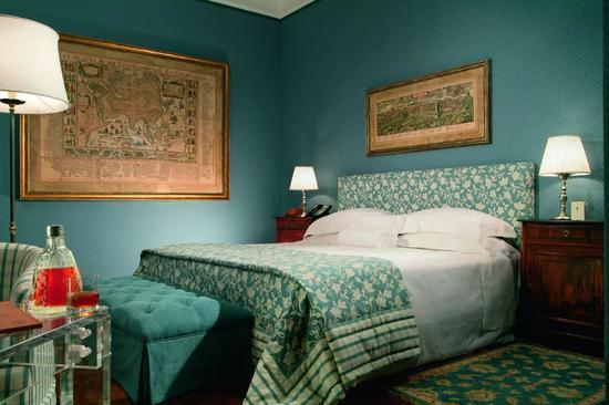 Villa Spallett Trivelli的客房卧室尽显20世纪30年代复古风格。