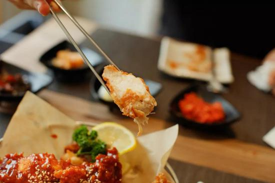 醬料還算是好吃,能吃到用蜂蜜進行了調味,雞肉也比較嫩。