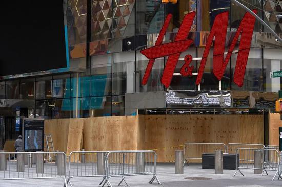 纽约动荡期被封的 H&M 门店   图片来源:George Chinsee/WWD