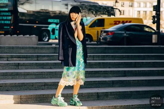 秋天鞋柜的c位 当然要给时髦又舒适的运动鞋