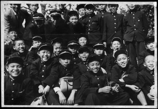 ▸13岁时,初中一年级的照片。下排右三是安藤忠雄