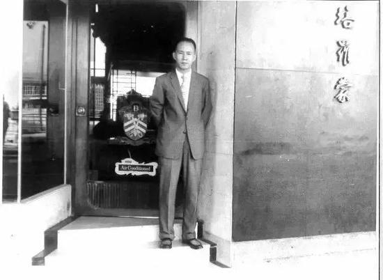 上海老店培罗蒙,东京店主理人戴祖贻。被老客人称为培罗蒙樣(さま)东京店位于名门酒店——帝国饭店,开业57年来曾服务美国总统福特、三星创始人李秉喆、影星高仓健等,一直营业到上世纪末,戴先生年老之后将其出让。