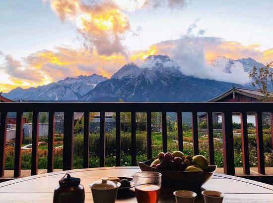 当雪山酒店的死阳台上试新茶 在押雪山之出口卷云舒与色彩万千