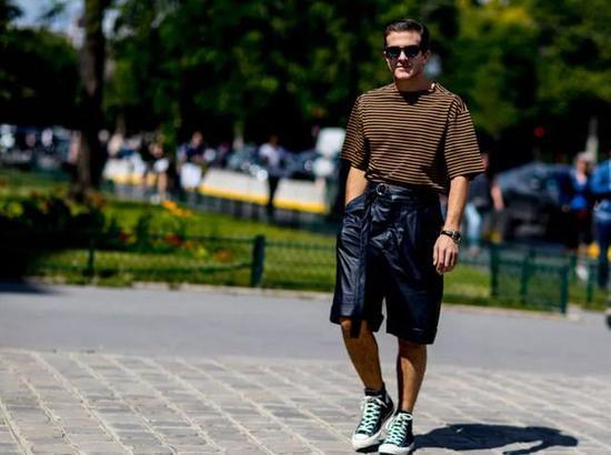 深棕色搭配黑色阔腿短裤,收腰设计很好的写照出线条感,酷帅以精致。