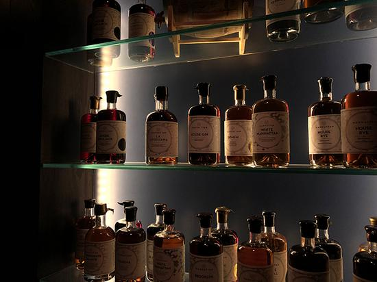 陈列室中展示了各种调配好的鸡尾酒和店制配料