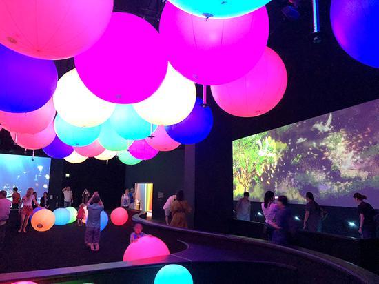 艺术科学博物馆的常设展览《飞跃未来》中,不同年龄、国家的人玩在了一起