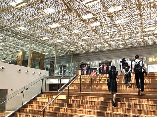 国家美术馆的隔热铝条,阳光下的投影看起来好像是传统的东南亚草屋