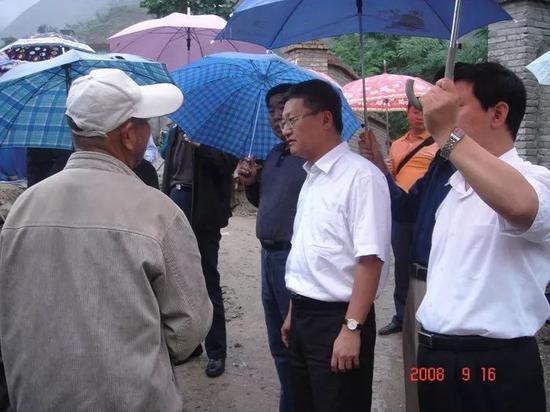 �2008年某国家林业局干部视察当地田圃用地