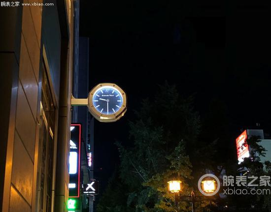街边可以和路灯相衬的爱彼皇家橡树型腕表模型