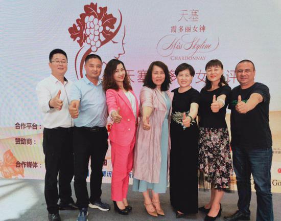 陈庄主作为霞多美丽女神大赛的创建人,和现场众多魅力嘉宾们共期待。