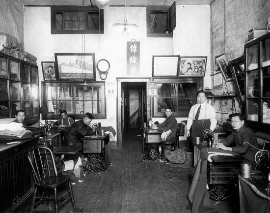 1920年代,一家开设在国外的华人定制店内景