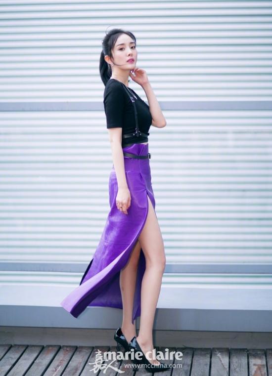 亚洲色囹�)��,y�fyki_baby身穿黑色露肩上衣,搭配白色设计感开叉裙,甜美精致如芭比