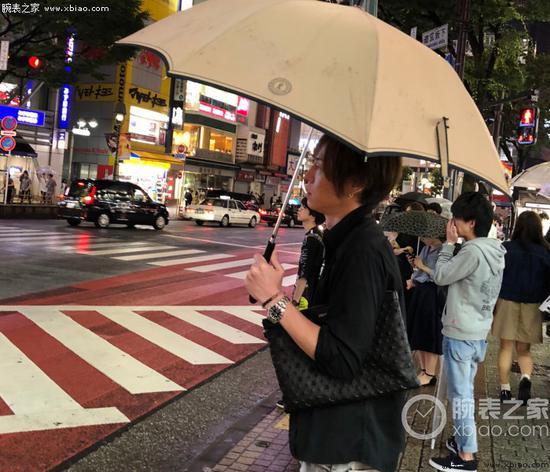 东京街头的小哥佩戴劳力士黑水鬼