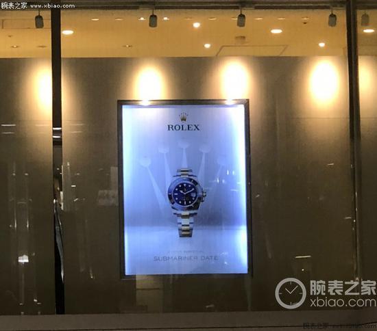 在乘电梯时抬头一看,显眼的劳力士广告牌
